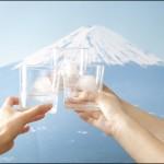 富士山がグラスで溶けるのを楽しむ「FUJI ON THE ROCK」